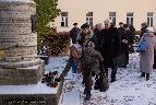 В. Н. Чиченкова, заведующая межбиблиотечным абонементом Ленинградской областной универсальной научной библиотеки, возлагает цветы к памятнику.