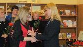 О. Л. Мельникова (справа) вручает медаль Н. А. Слепухиной