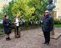 Церемонию возложения цветов к памятнику Г. Р. Державину ведет М. Н. Толстой