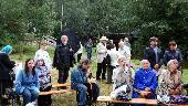 Участники XXVI музыкально-поэтической встречи «День памяти поэта Гумилёва во Всеволожске» на берегу р. Лубья
