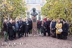 Участники конференции «Слепухинские чтения–2018» во дворе Музея-усадьбы Г. Р. Державина у памятника поэту