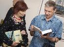 Гости вечера обсуждают издания Фонда Слепухина